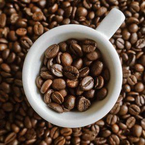 Kaffebönor och espressokopp