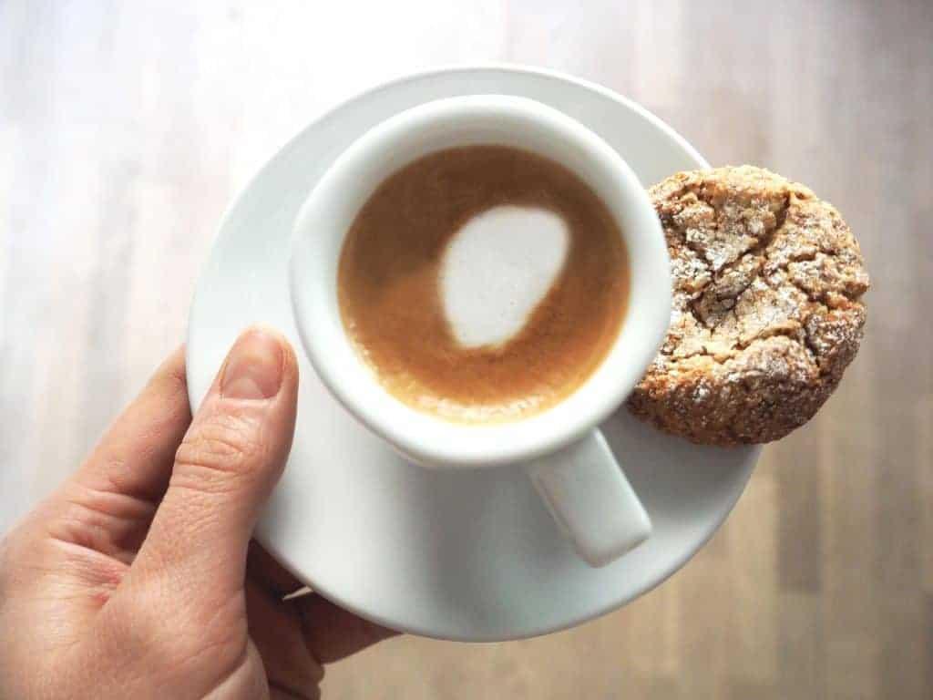 Kaka på kaffefat med espressokopp