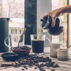 kaffebönor och kaffekoppar